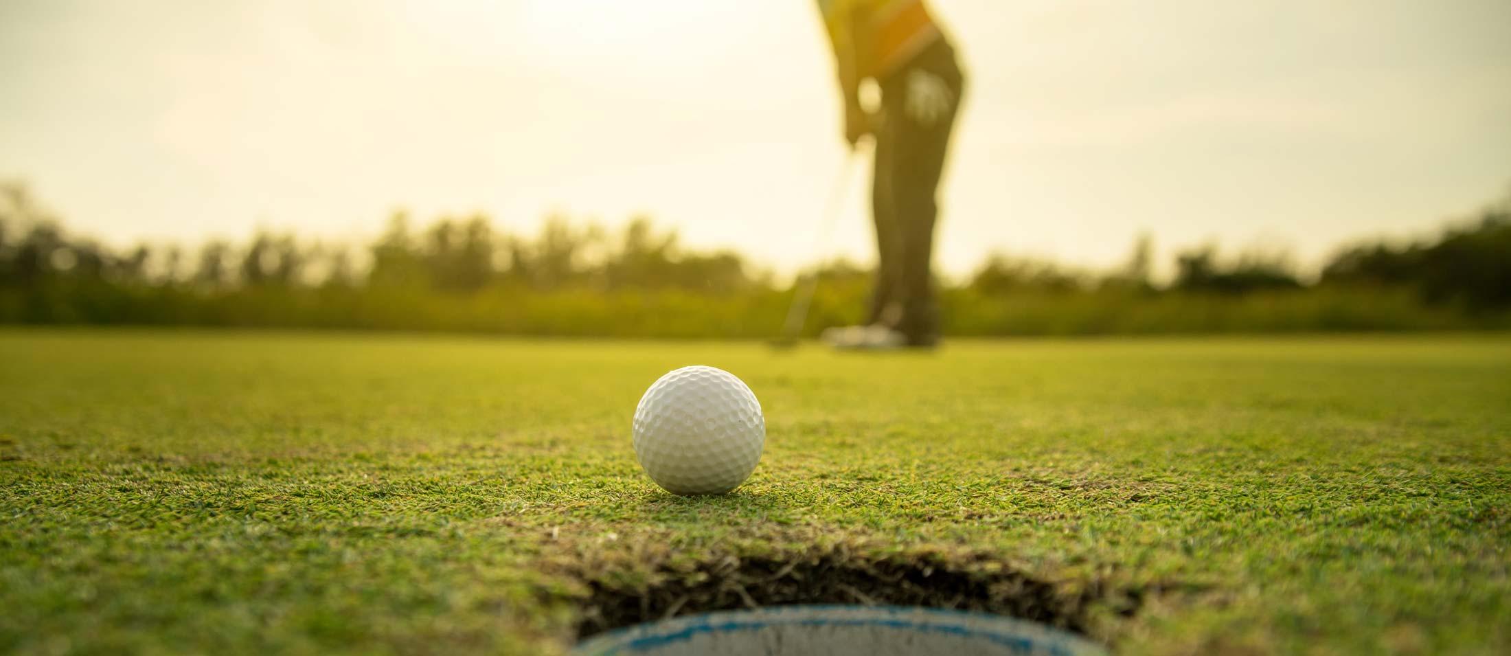 Persona jugando golf.