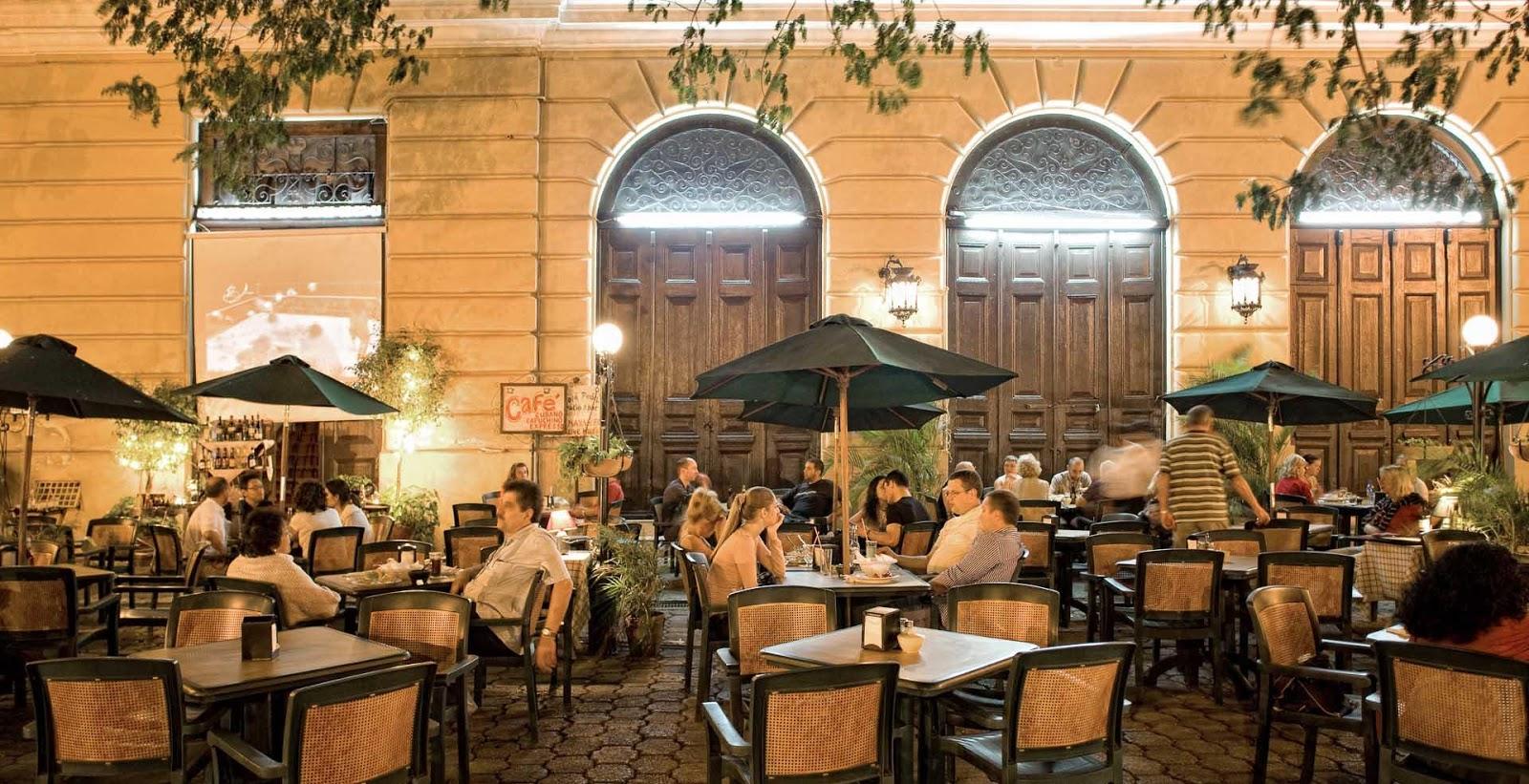 Personas en un restaurante de Mérida.