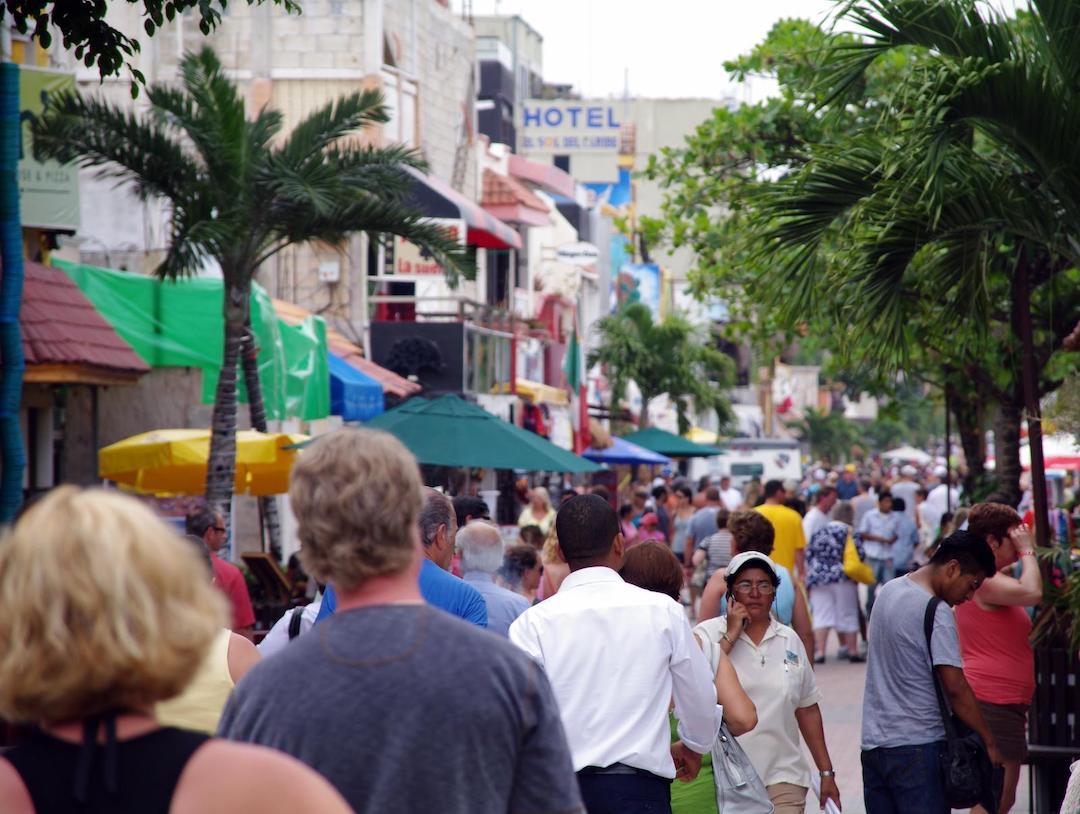 Personas paseando en los comercios de la Quinta Avenida.