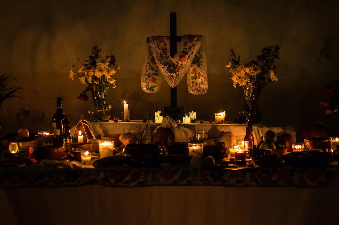 El altar del Hanal Pixán se hace en una mesa con mantel blanco.