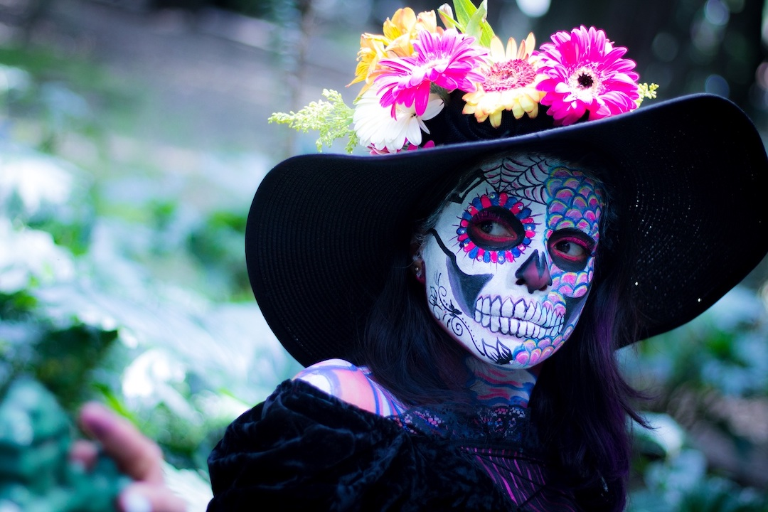 Person disguised as a catrina.