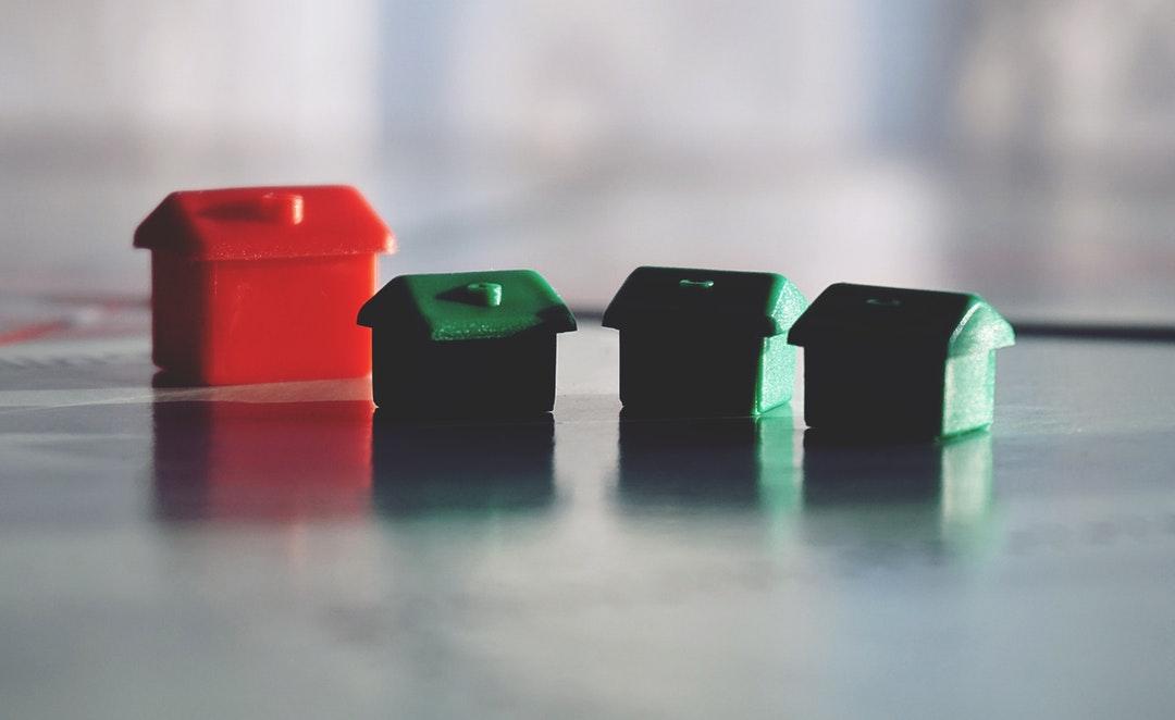 Figuras de casas como representación de los bienes inmuebles.