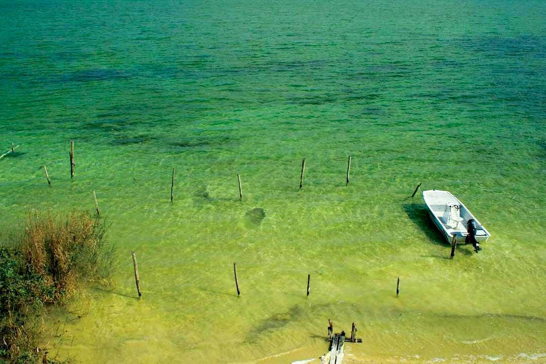Lancha en la laguna de Sian Ka'an.
