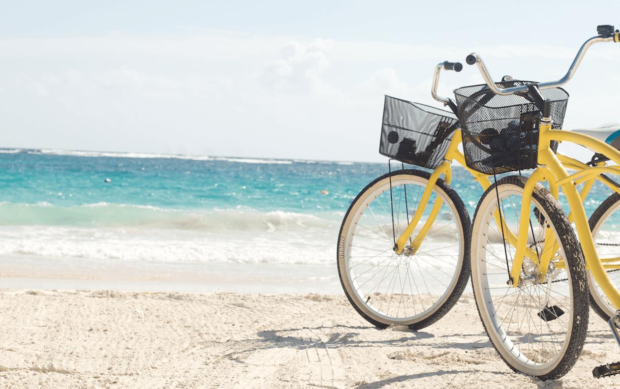 Bicicletas a la orilla del mar en Tulum