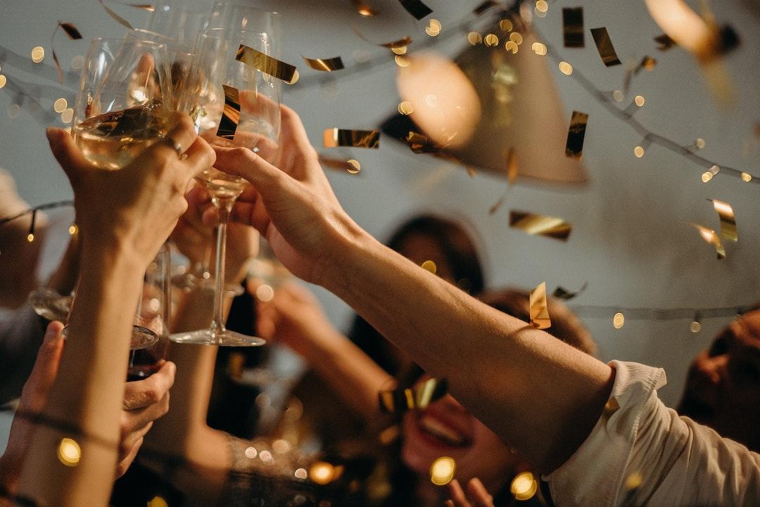 Choque de copas en celebración de año nuevo
