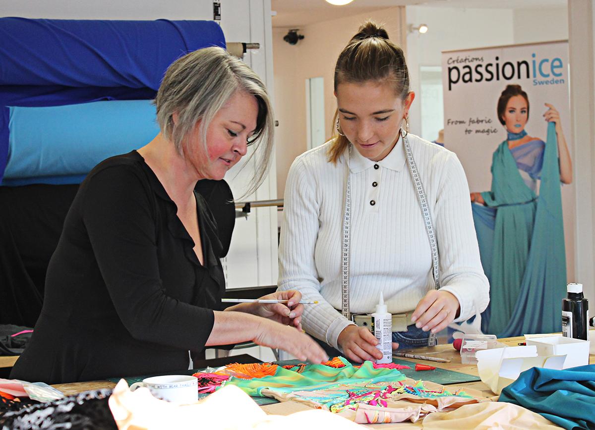 I en ateljé i Malmö tillverkar Passionice vackra konståkningskläder.