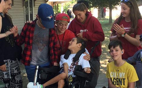 Maclain en camp d'été avec des amis