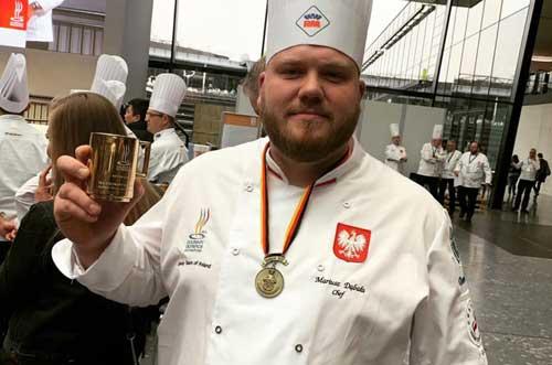 mariusz dąbała z pucharem i medalem za olimpiadę kulinarną