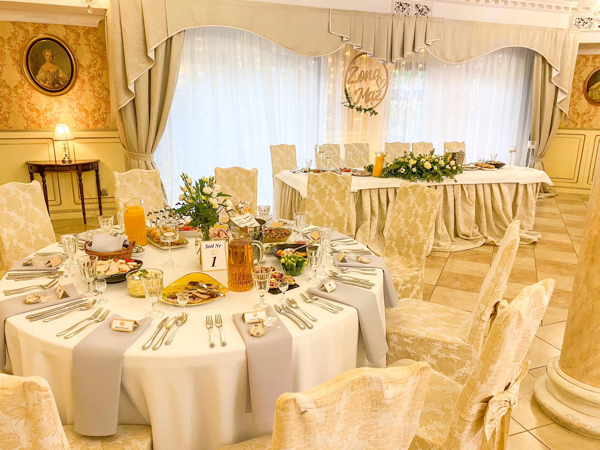 przystrojone stoły weselne