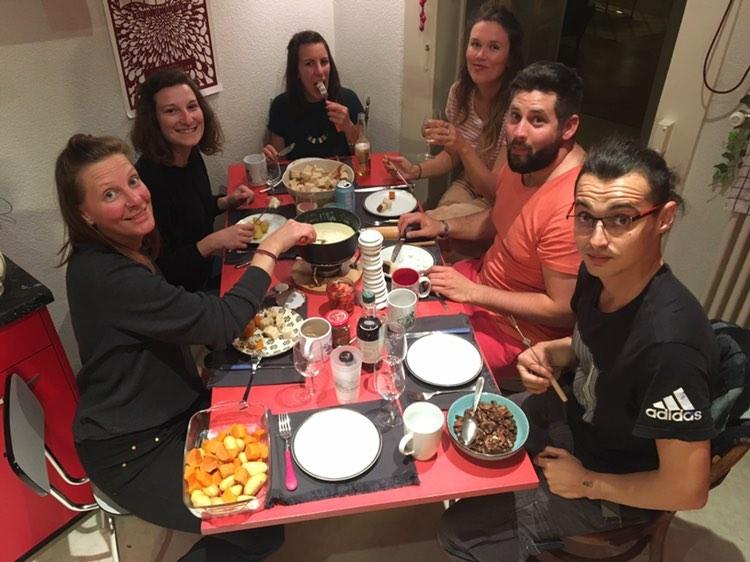 colocataires confinés en suisse profitant d'un repas ensemble
