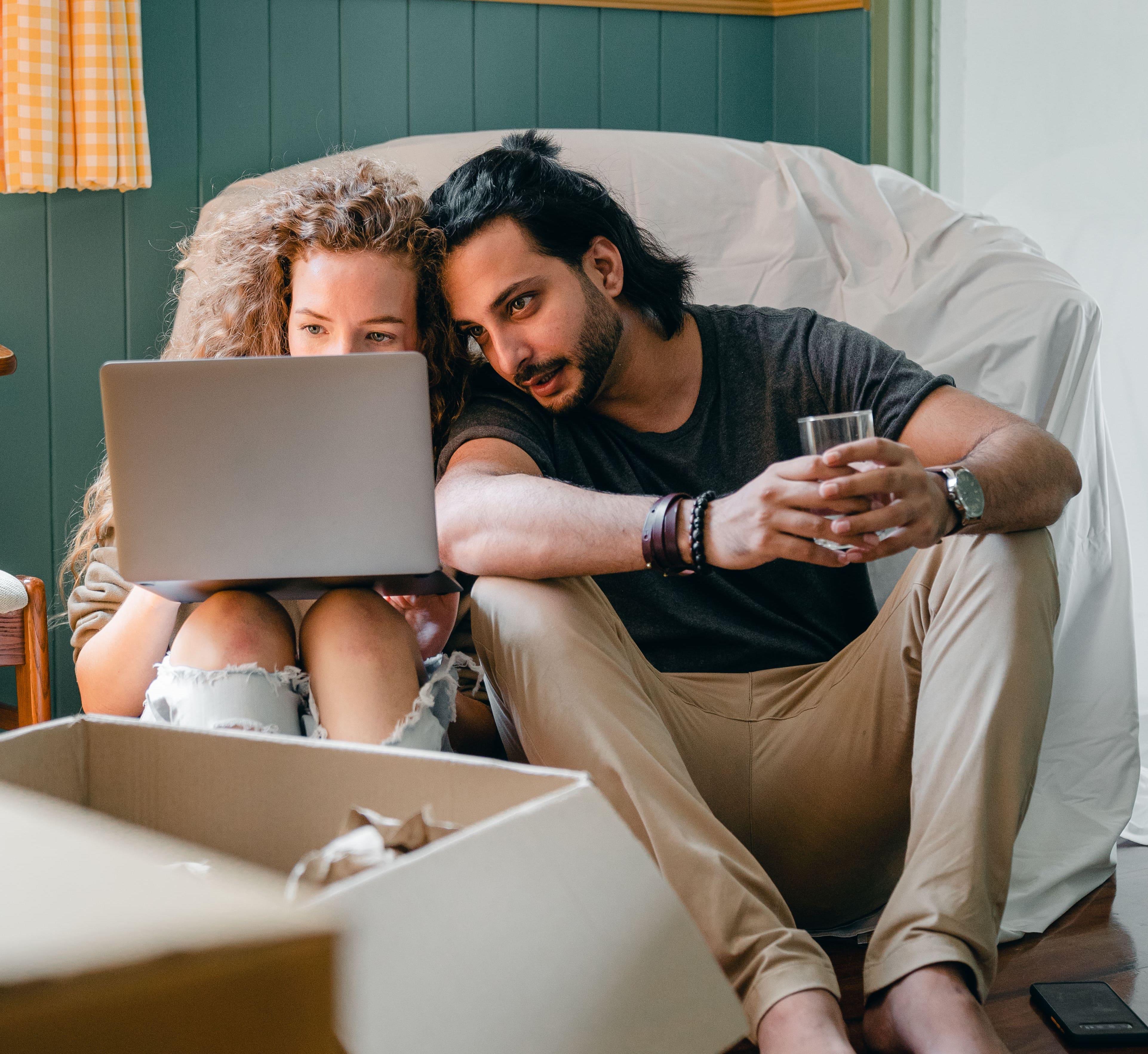 deux colocataires se répartissant le montant du loyer et le montant des charges locatives de leur appartement