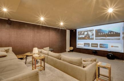salle de cinéma avec écran géant