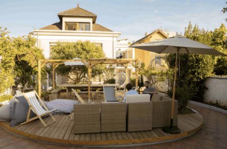 terrasse avec chaises longues, canapés et parasol