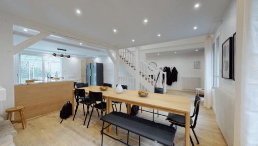 salle de travail avec grand bureau en bois