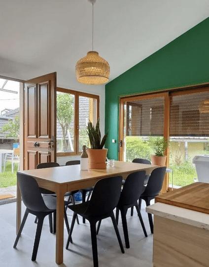 salle à manger avec tables et chaises en bois