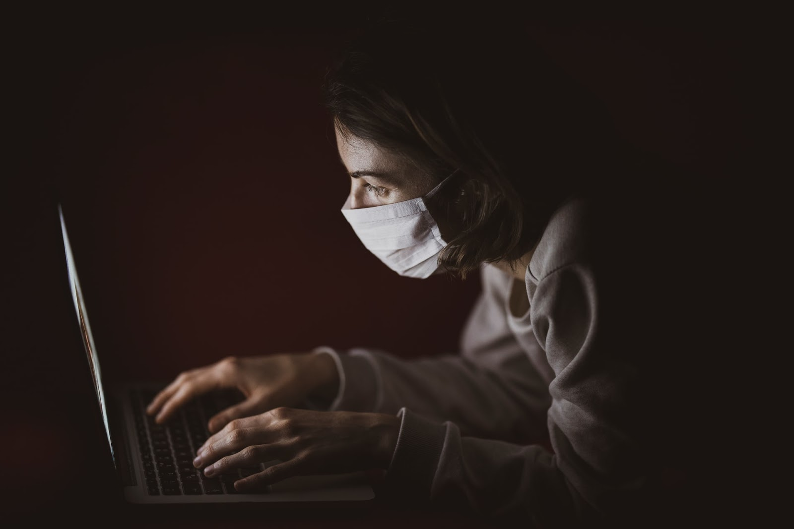 Coronavirus and DTC – a woman in front of a laptop