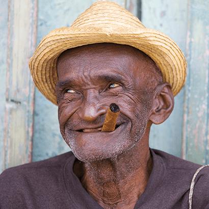 Lachender Mann ohne Zähne mit Zigarre und Hut
