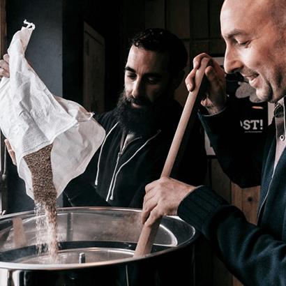 Männer beim Brauen von Deckerbier