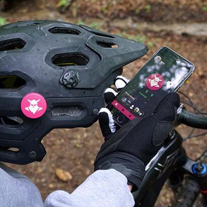 Fahrradhelm mit Tocsen Sturzsensor und Smartphone mit Anzeige der Tucson-App
