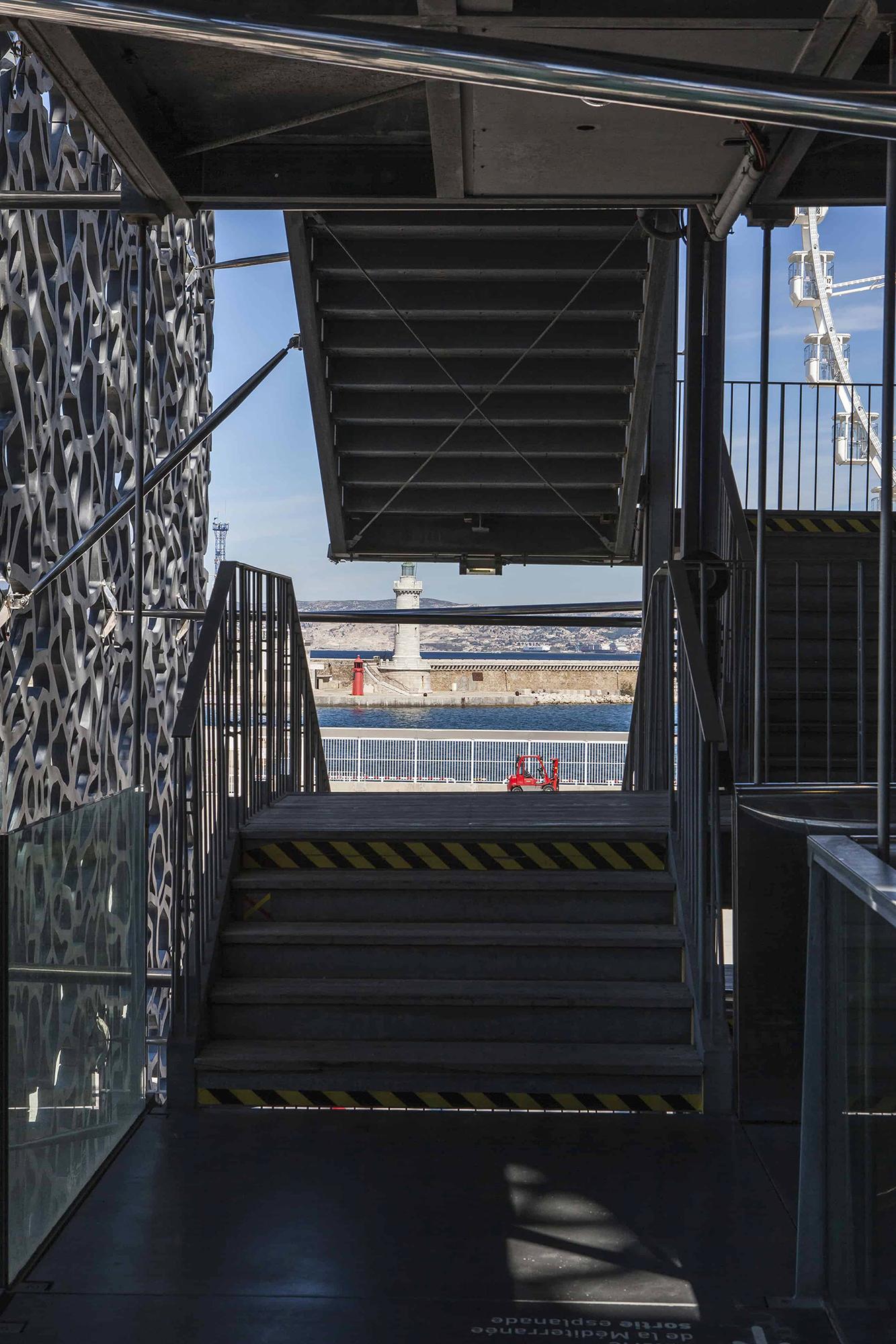 Mucem Marseille Rudy Ricciotti à travers La Joliette