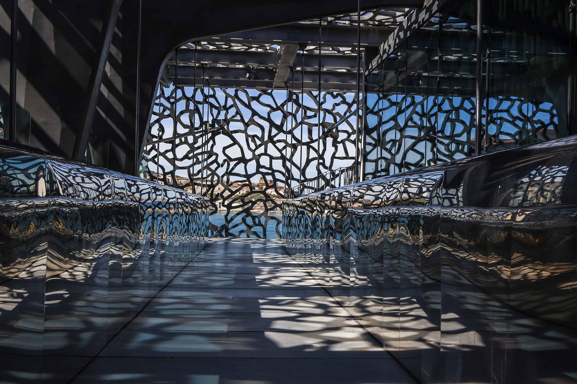 Mucem Marseille à travers ombres et lumières claustra