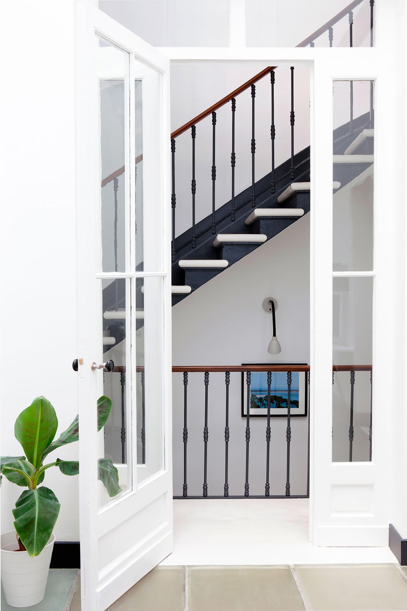 escalier palier lumière epuré