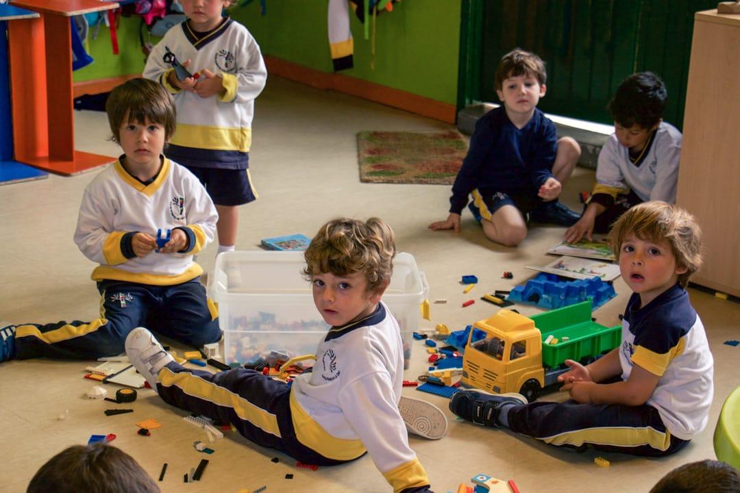 Niños jugando en el Kinder