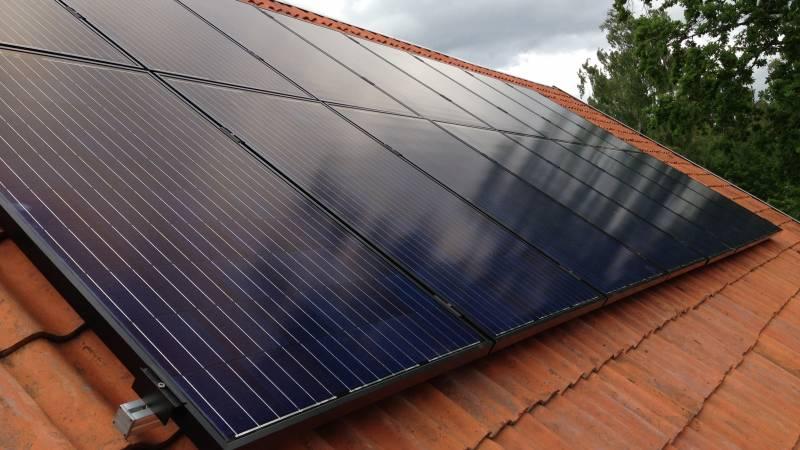 Närbild på solceller installerade på villatak i Torshälla, Eskilstuna