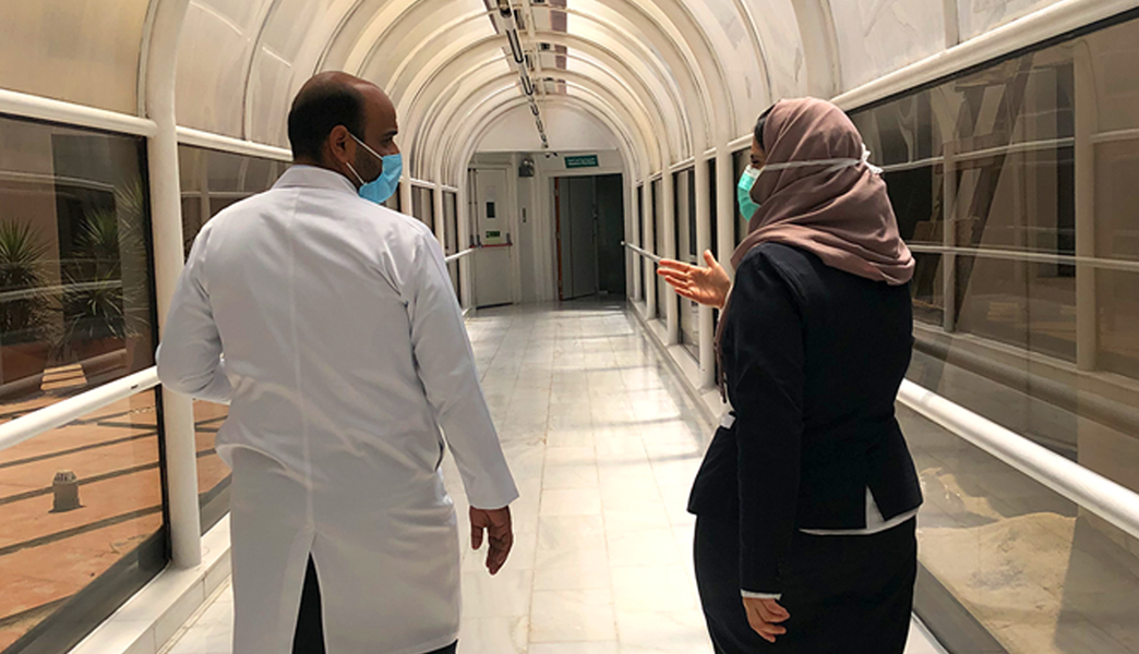Dr. Mohamed Ali Zahran y Ms. Heba Abdelmohsen en instalaciones del Hospital General Dr. Erfan & Bagedo