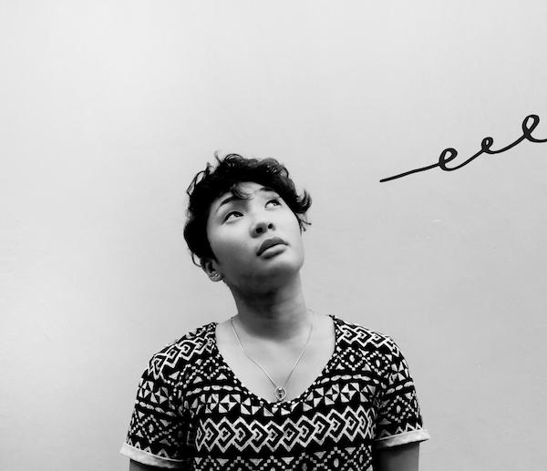 Imagen de una mujer mirando a lo lejos mientras los desafíos salen del marco