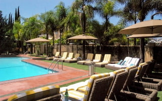 Hollywood Hotel beach chairs and pool amenities