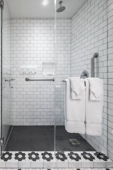 Hollywood Hotel Luminary King Guest Room - Bathroom Shower