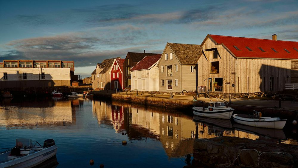 Sjøhusbebyggelse ved innseilingen til Nordrevågen på Utsira. Sjøreisen fra Haugesund til øya tar ca. 70 minutter.