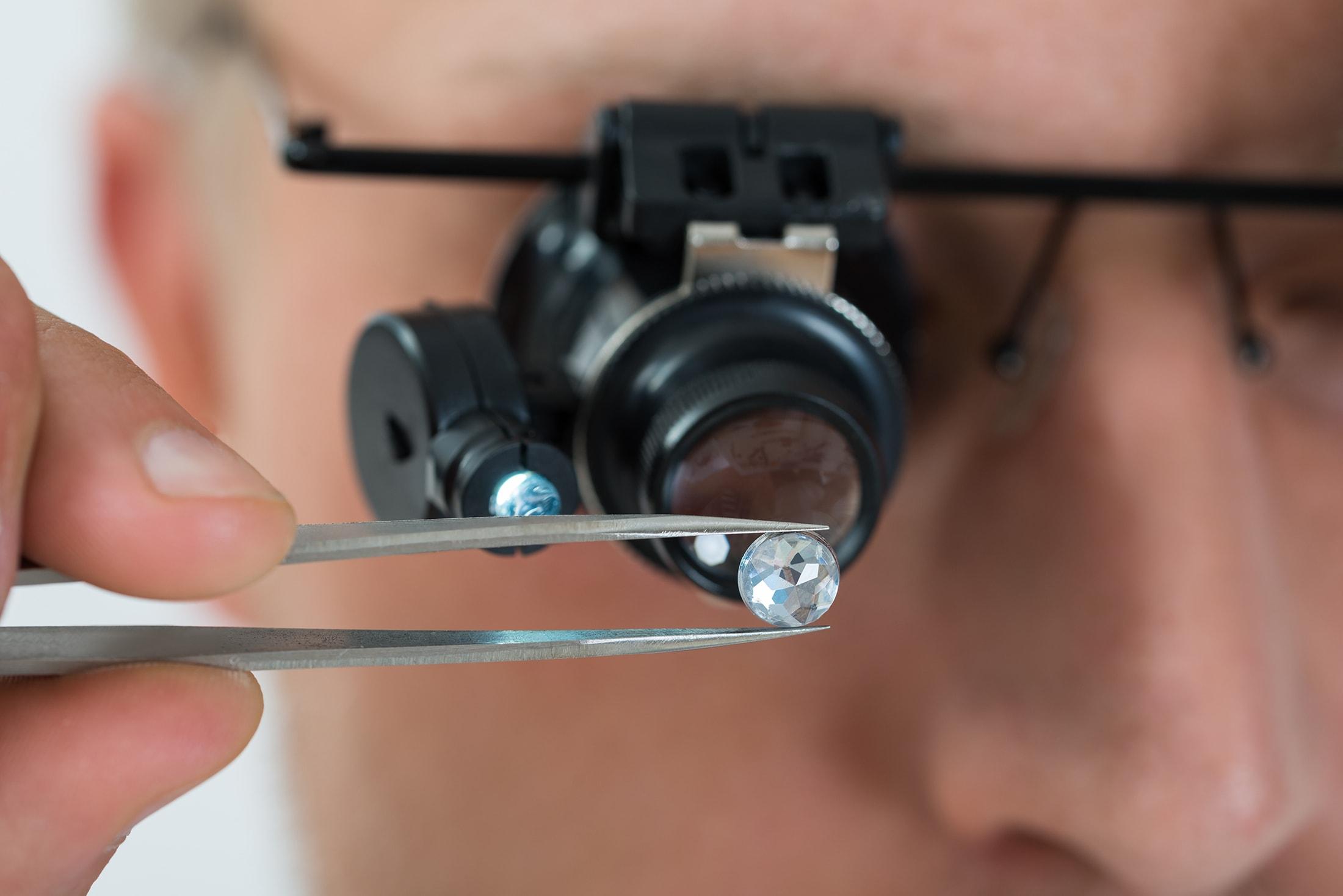 Specialist bekijkt karaat diamant