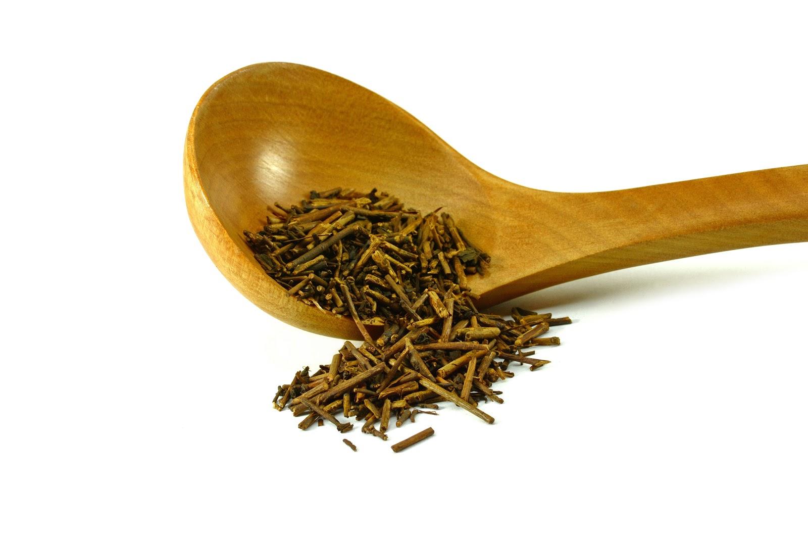 kukicha tea in spoon