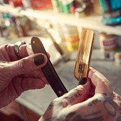 Nahaufnahme von Händen eines Barbers mit Werkzeug
