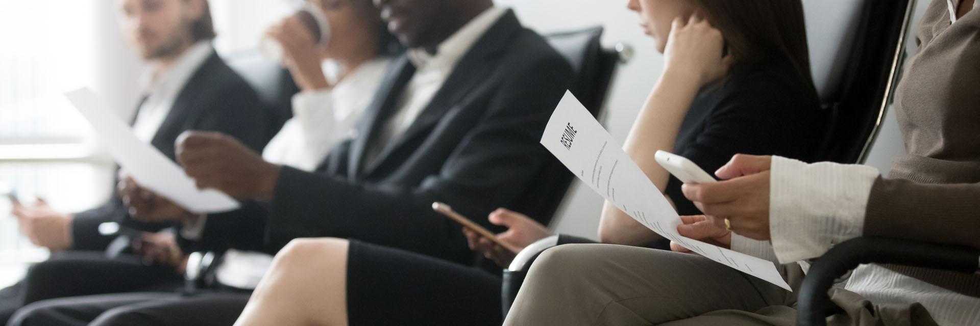 Bilde av en gruppe mennesker som skal på jobbintervju