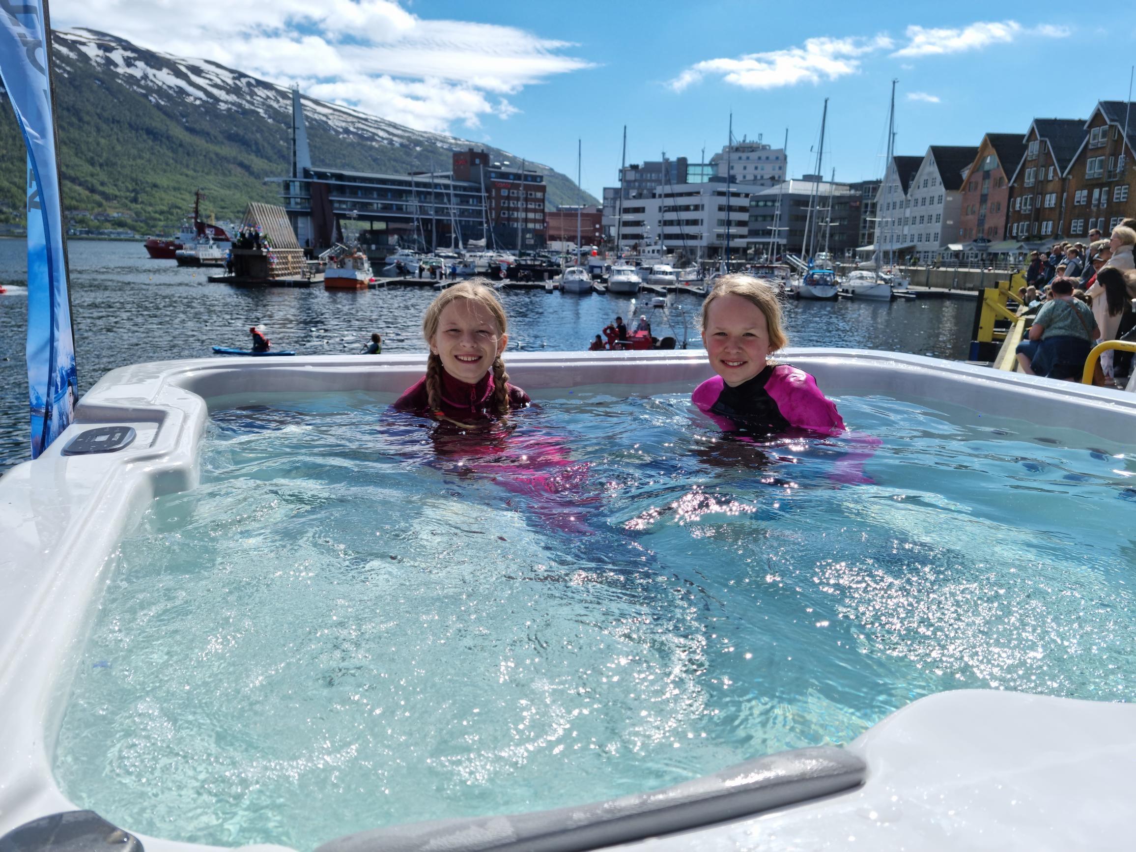 Flytefesten ble vellykket, i 8 graders vann