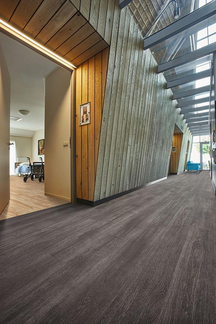 Vinylboden Grey Collage Oak – Dunkles Holz: Vinylboden mit Struktur – Kostenloses Muster bestellen!