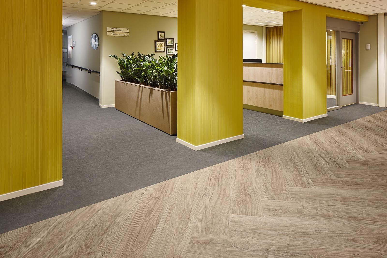 Vinylboden Taupe Sand – Modernes, taupefarbenes Vinyl – Jetzt kostenloses Muster bestellen!