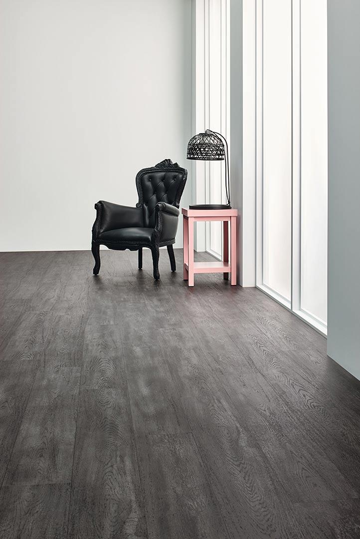 Vinylboden Burned Oak – Schwarzgraues Holz Dekor mit fühlbarer Struktur – Jetzt kostenloses Muster bestellen!