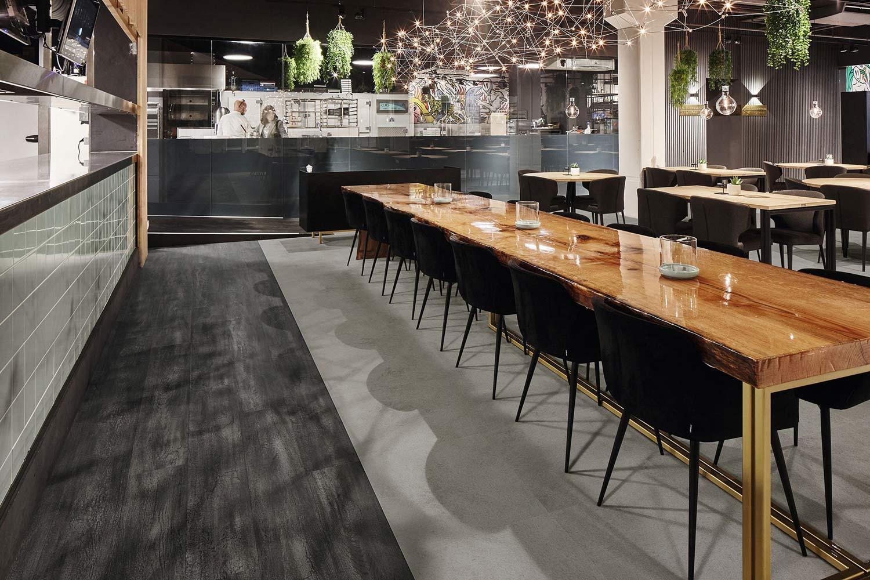 Vinylboden Burned Oak – Schwarz-graues Eichenholz Motiv – Kostenloses Muster bestellen!