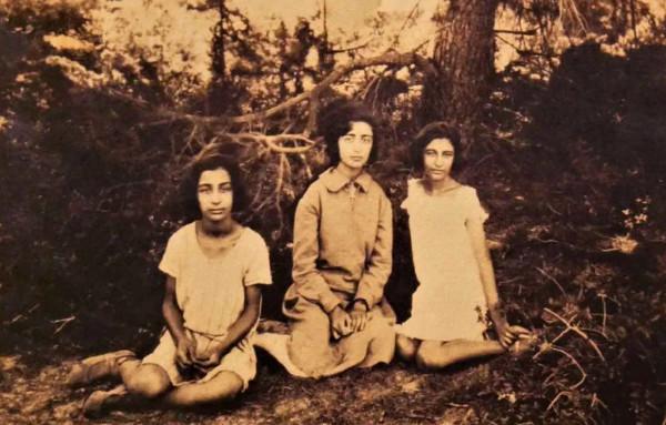 Les massacres d'Izmir de 1922 restent un épisode méconnu du génocide arménien qui s'est déroulé entre 1915 et 1923. En voici le récit, à travers les yeux de trois sœurs rescapées.