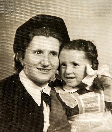 Née sans aucun cri dans un baraquement d'Auschwitz peu avant la libération du camp, Angela Orosz a survécu par miracle.