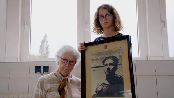 Lucie Fouble, 17 ans, crève l'écran dans Colette, Oscar 2021 du meilleur court métrage documentaire.Colette Marin-Catherine, 92 ans, y confronte son passé en se rendant au camp de concentration allemand de Mittelbau-Dora, où son frère Jean-Pierre fut assassiné en 1945. Une histoire de transmission bouleversante.