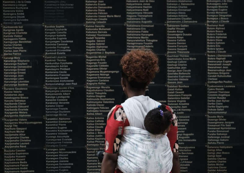 """Tuez-les tous ! (Rwanda : Histoire d'un génocide """"sans importance"""") est un documentaire français réalisé par Raphaël Glucksmann, David Hazan et Pierre Mezerette"""