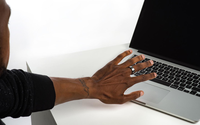 Motiv ring open a laptop