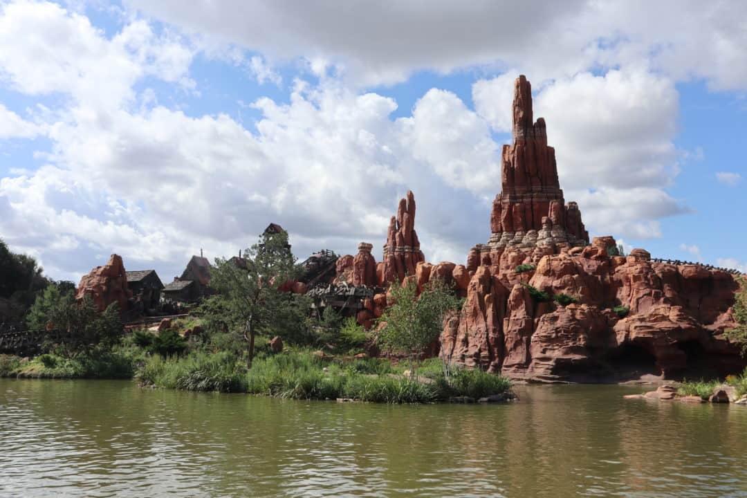 Familie auf Weltreise Disneyland Paris
