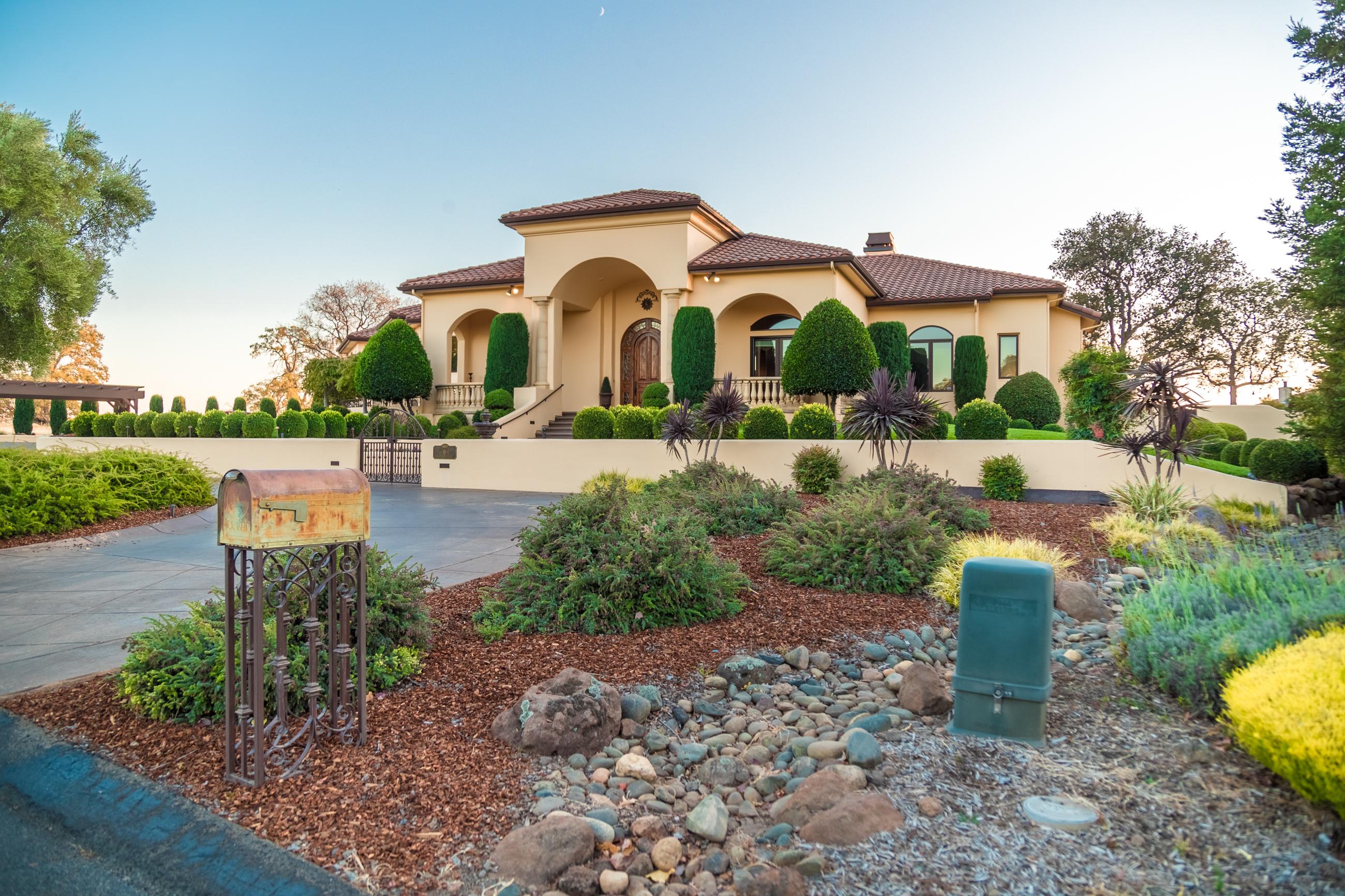 photography portfolio example - exterior of large luxury home