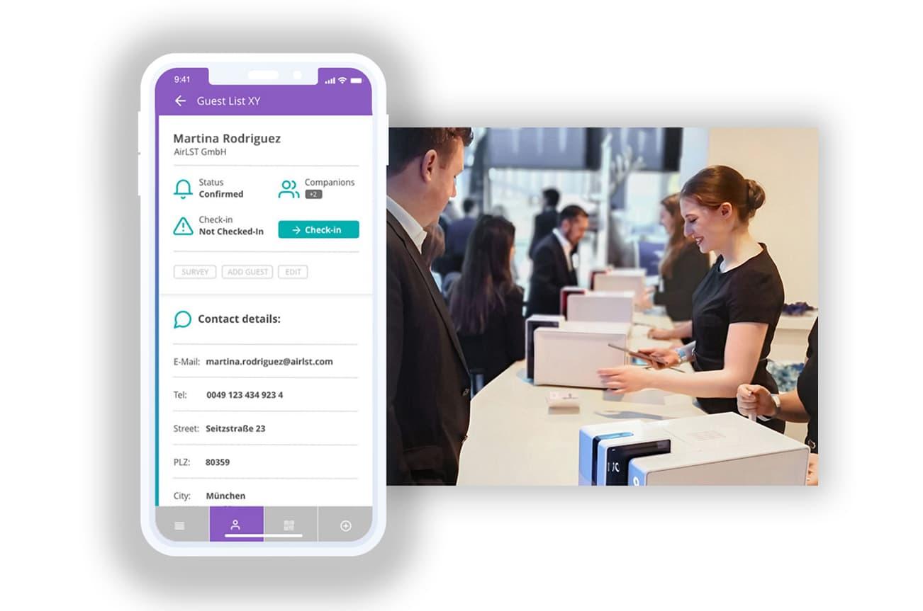 Check-in-App für Teilnehmermanagement vor einem Einlasscounter mit Print Station für Namensschilder.